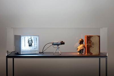 """Fernando Bryce Bismarck TV, 2008 Bismarck bust (bronze), 5 books (""""Weltall und Menschheit""""), monitoring camera, monitor, display case 161 × 150 × 75 cm"""